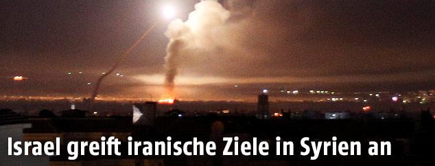 Raketen im Nachthimmel über Damaskus