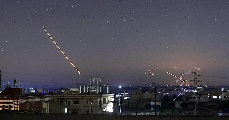 Raketen im Nachthimmel über Daraa in Syrien