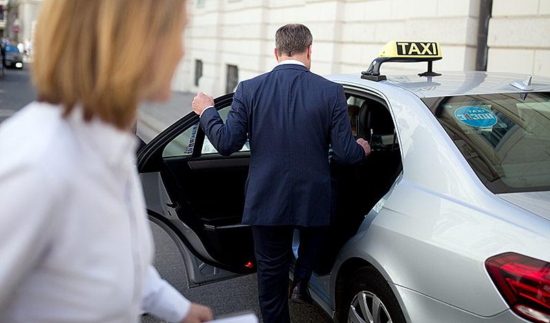 Neos-Chef Matthias Strolz steigt in ein Taxi