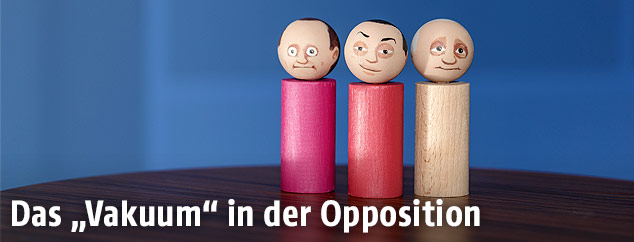 Holzfiguren in den Farben Pink, Rot und Weiß