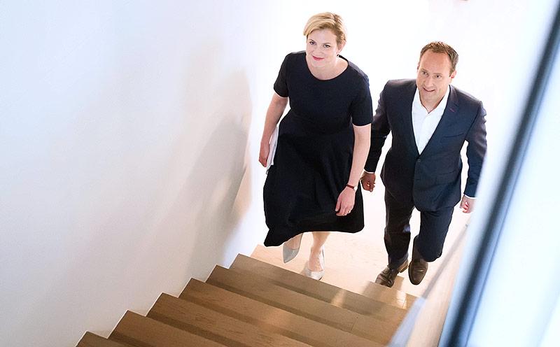 Beate Meinl-Reisinger und Matthias Strolz gehen gemeinsam eine Treppe hinauf