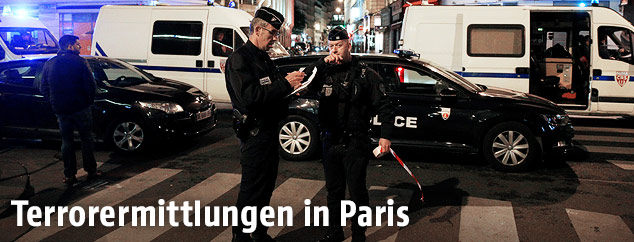 Polizisten am Tatort in Paris