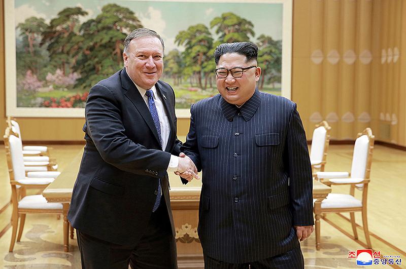 Der nordkoreanische Machthaber Kim Jong Un mit dem US-Außenminister Mike Pompeo