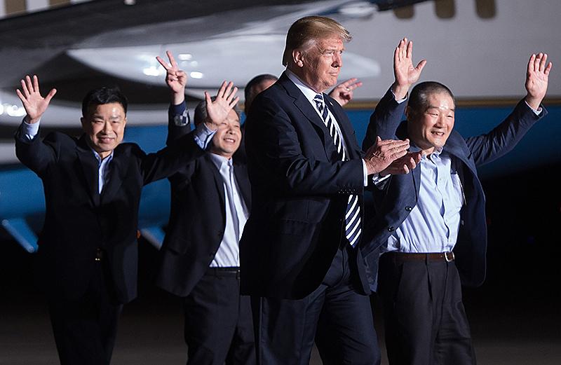 US-Präsident Donald Trump mit den freigelassenen Amerikanern Tony Kim, Kim Hak-song und Kim Dong-chul bei ihrer Rückkehr in Maryland