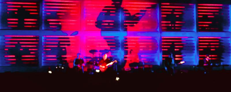 New Order Konzert mit Schattenspiel an der Bühnenwand