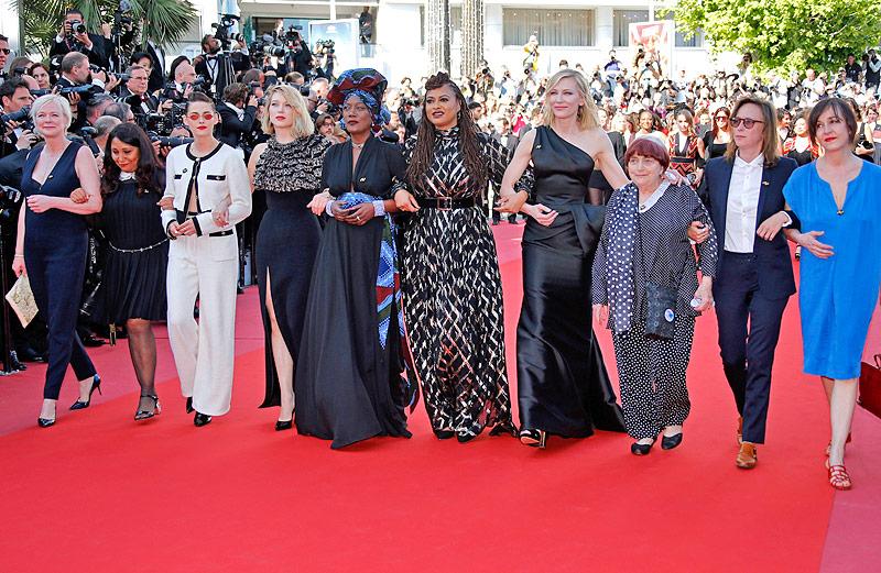 Weibliche Jurymitglieder der Filmfestspiele von Cannes bei einer Protestveranstaltung am roten Teppich