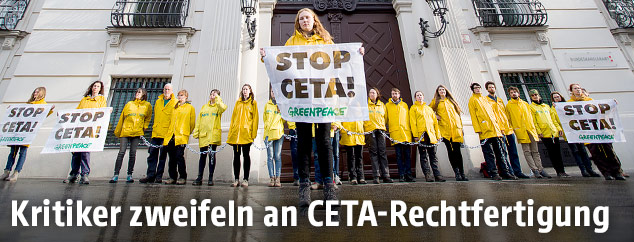 Greenpeace-Aktivisten versperren den Eingang zum Bundeskanzleramt