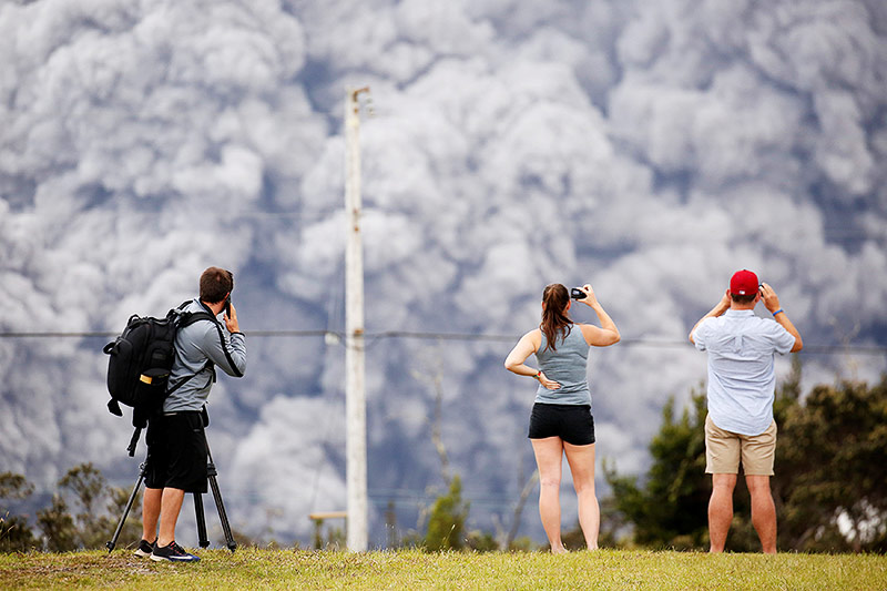 Menschen fotografieren die Aschwolke des Vulkans Kilauea