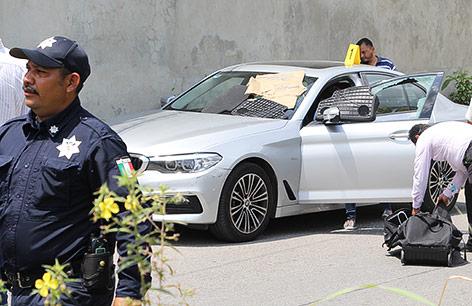 Ermittler untersuchen das Auto, in dem der Journalist Juan Carlos Huerta erschossen wurde
