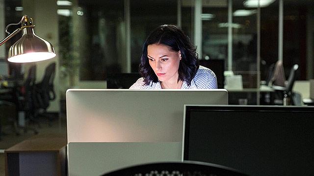 Eine Frau am Abend im Büro