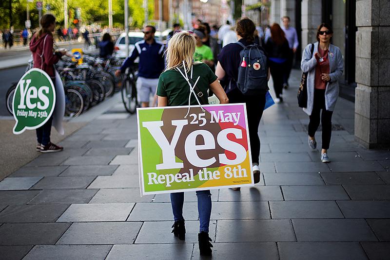 Eine Frau trägt ein Plakat zum Abtreibungsreferendum in Dublin (Irland)