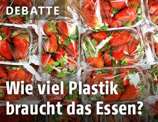 In Plastik verpackte Erdbeeren