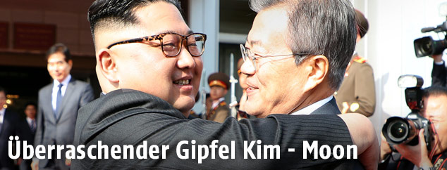 Umarmung zwischen Kim Jong Un und Moon Jae