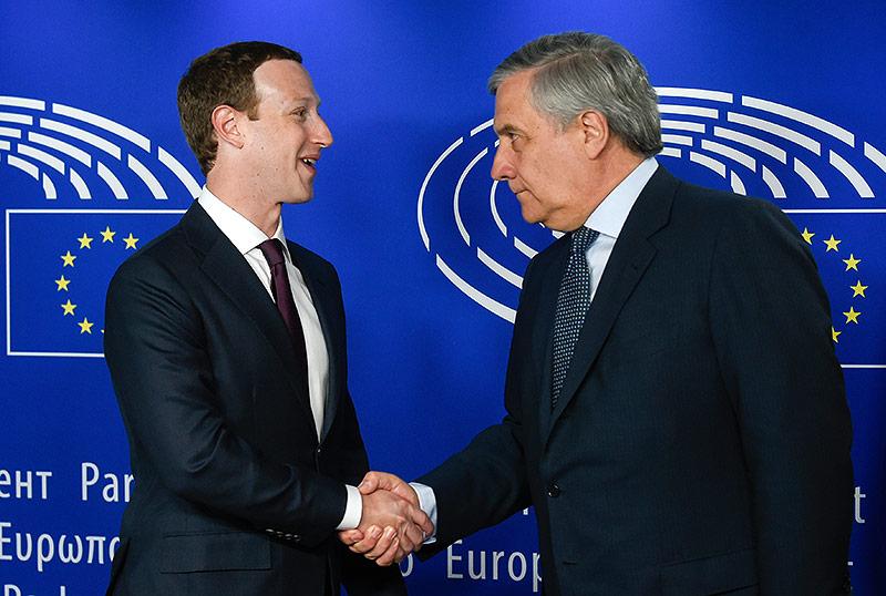 European Parlamentspräsident Antonio Tajani schüttelt Facebook-Chef Mark Zuckerberg die Hand