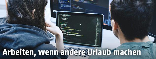 Mädchen vor einem Computer mit Code-Zeilen