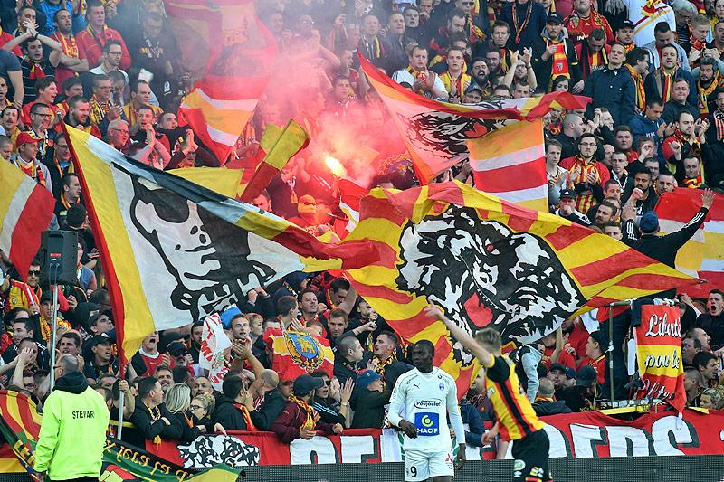 Fans des FC Lens mit Fahnen und bengalischem Feuer