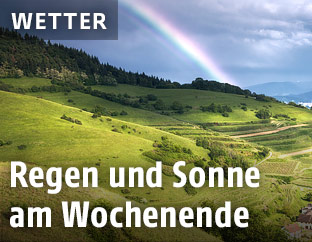 Regenbogen über einer Landschaft