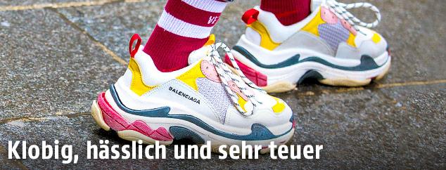 Nahaufnahme der Balenciaga Triple S Sneakers