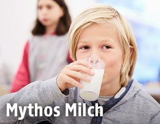 Volksschulkind trinkt Milch