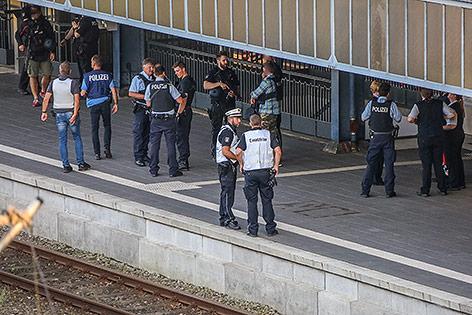Bahnsteig mit Polizisten
