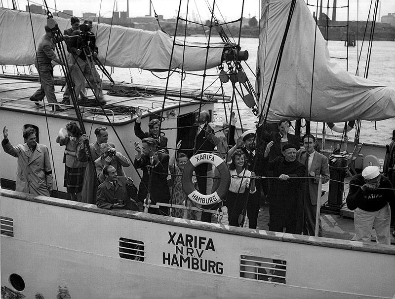 """Der österreichische Forscher Hans Hass startet zusammen mit Irenäus Eibl- Eibesfeldt 1953 mit dem Dreimastaschoner """"Xarifa"""" von Hamburg aus zu einer Expedition in die Karibik."""
