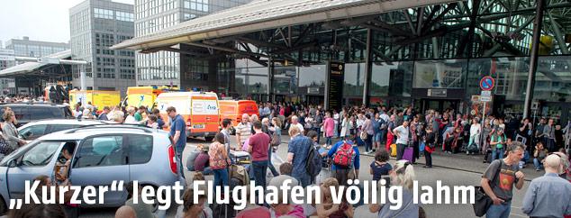 Gestrandete Passagiere vor dem Flughafen von Hamburg
