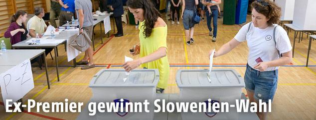 Wählerin in einem slowenischen Wahllokal