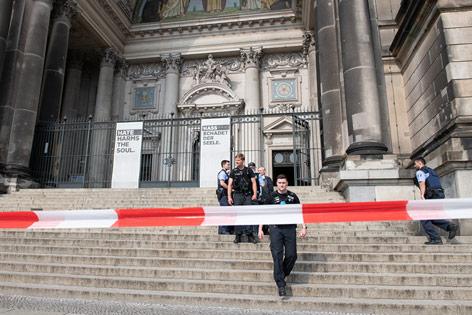 Polizisten hinter Absperrung bei Berliner Dom