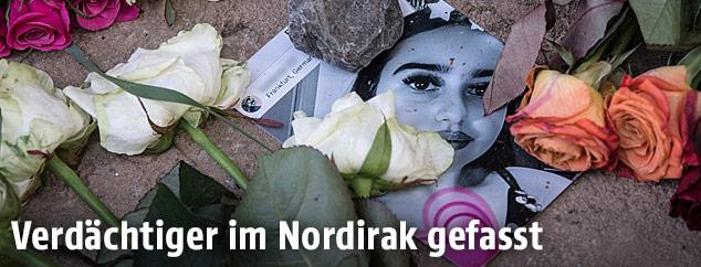 Foto der Ermordeten im Blumenmeer