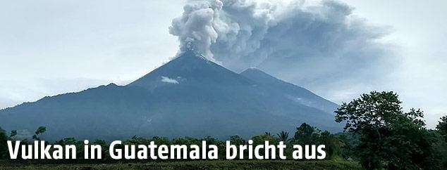 Rauchschwaden über Feuervulkan in Guatemala