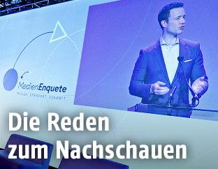 Gernot Blümel (ÖVP) auf einer Videoleinwand