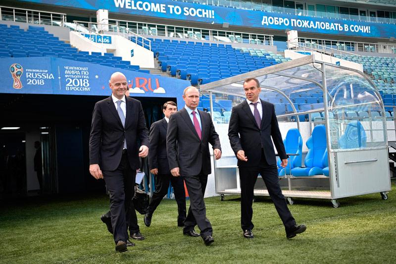 Russlands Präsident Wladimir Putin besichtigt Fußballstadion