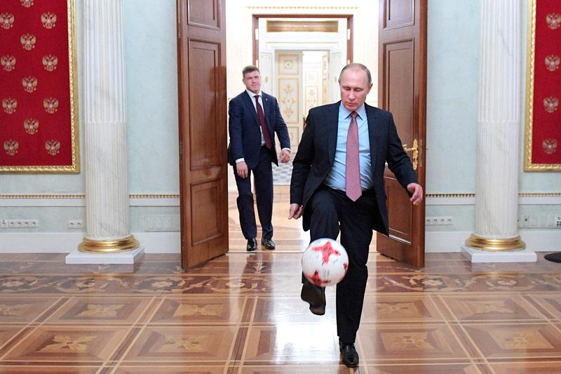 Russlands Präsident Wladimir Putin spielt Fußball