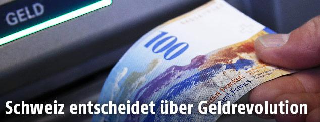 100-Franken-Schein vor Bankomat