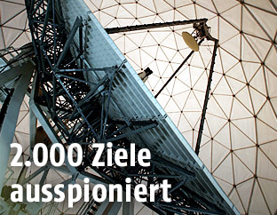 Eine Satellitenschüssel mit über 18 Meter Durchmesser in Bad Aibling (Bayern)