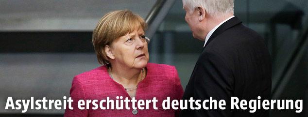 Bundeskanzlerin Angela Merkel (CDU) spricht mit Horst Seehofer (CSU)