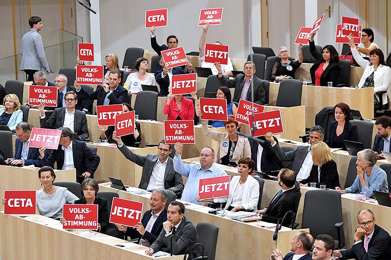 Abgeordnete der SPÖ mit Schildern zu CETA