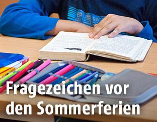 Schüler beim Lesen