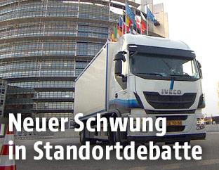 Lkw vor Europäischem Parlament in Straßburg