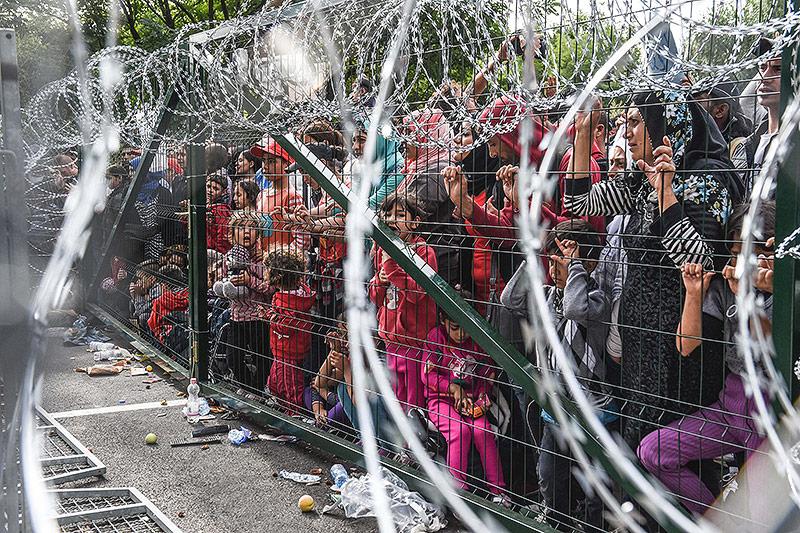 Hunderte Flüchtlinge hinter einem Zaun