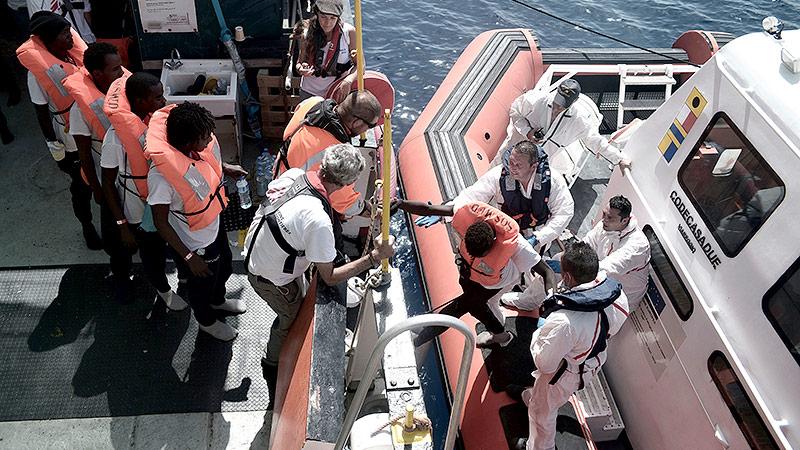"""Flüchtlinge werden von der """"Aquarius"""" auf ein Schiff der italienischen Küstenwache transferiert"""