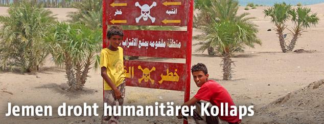 Warschild vor Minenfeld im Jemen