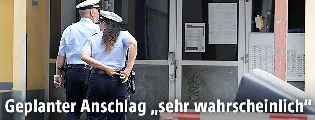 Ein Polizist und eine Polizistin bei einem Einsatz in Köln