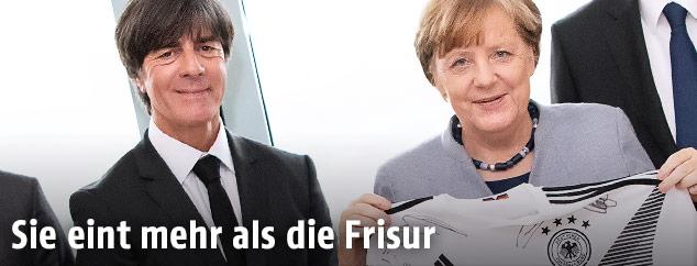 Deutscher Bundestrainer Joachim Löw und die deutsche Kanzlerin Angela Merkel