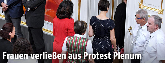 Weibliche Abgeordnete beim Verlassen des Plenarsaales aus Anlass der Angelobung von Peter Pilz im Rahmen einer Sondersitzung des Nationalrates