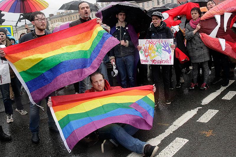 Demonstranten mit Flaggen in Regenbogenfarben