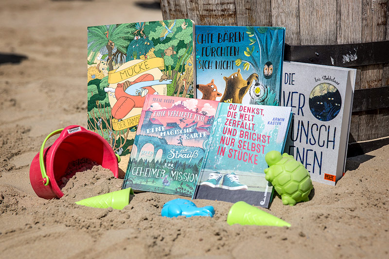 Bücher auf einem Strand