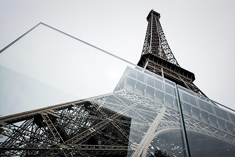 Eiffelturm hinter Panzerglas