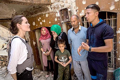 Angelina Jolie mit irakischen Flüchtlingen in Mossul