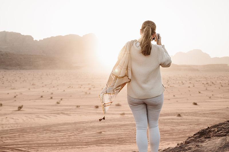 Frau spaziert auf Sanddüne